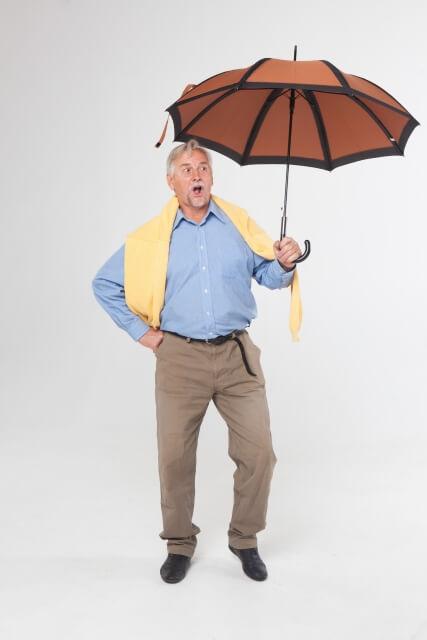 傘を持つように構える