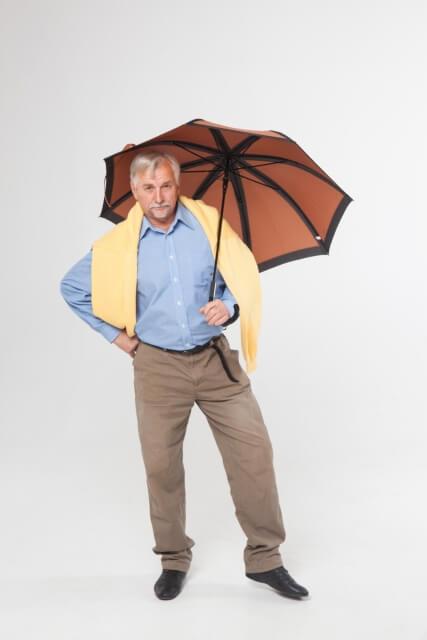 お腹の前で傘を持つ